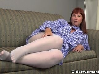 Monstrous bottomed cougar Scarlett needs to grope one out