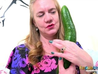 EuropeMaturE Hotness mom with Cucumber and playthings