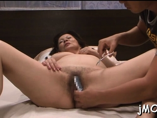 Lippy buxomy Chizuru Iwasaki gets pulverized prettily