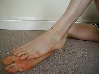 Cougar demonstrates off her lengthy super-sexy soles and sweet toes