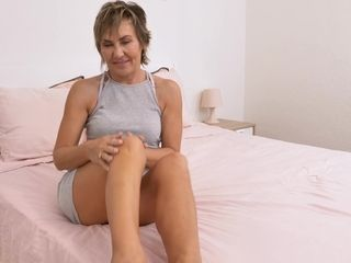Handsome mature chick Lillian Tesh gets bare and jerks cunt with hookup playthings