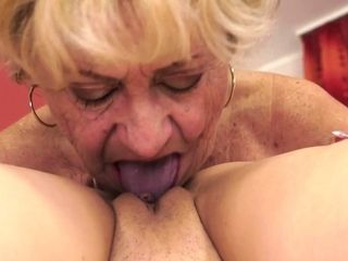 Masturbating GILF orally satisfactory cunt