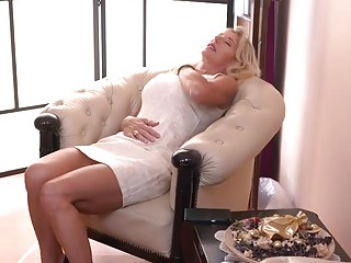 Well-endowed MILF Josefine Masturbating