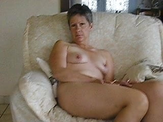 French housewife gets nude, opens up widely then faps