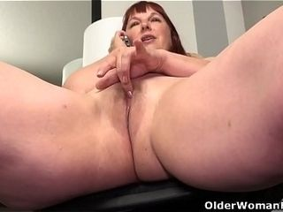 Yankee plus-size cougar Scarlett has smartphone fuck-a-thon in office