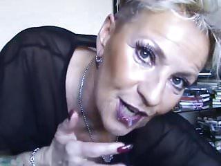 Geisteskranke Oma mit Sahne round der Fresse!
