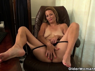 Trigmerictrign milf undesigned stuffs the brush pussy to trig dildo