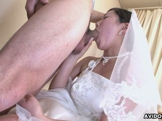 Chinese bride Emi Koizumi gives a fine deep throat after wedding
