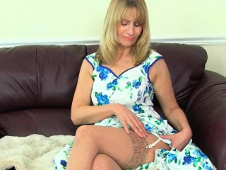 Brit gilf Sapphire Louise satiates her puss with a faux-cock