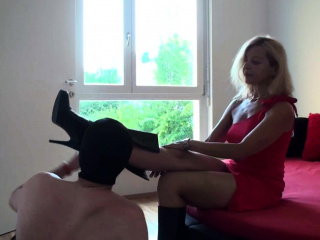 Female dominance dolls order subs to tidy their footwear