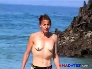 Chick bra-less on beach with petite empty saggy melons