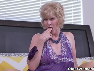USA gilf Justine gives her wooly poon a handle
