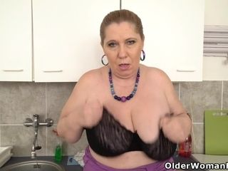 Plumper cougar Bobbees unclothes off and vids the pearl