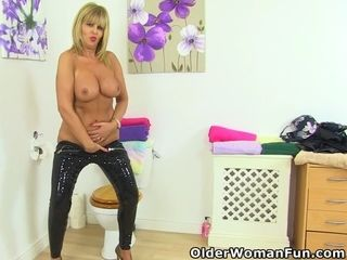 UK cougar Nicole DuPapillon frigs her ferocious fanny wags