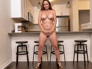 Luxurious divorcee lady Brandii Banks jacks sex-starved cunny