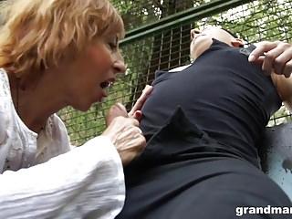abuelas,sexo duro,al aire libre,en público,