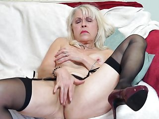 Down in the mouth GILF feeding will not hear of gungy energized age-old cunt